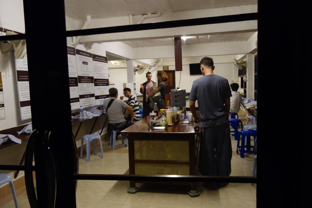 남자 식사공간. 하루 두끼 화려한 채식이 차려진다. 센터에 도착했을 때 이미 개인 식기와 방 배정이 끝나 있었다.