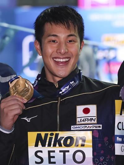 금메달 들어 보이는 세토 다이야 2019년 7월 28일 광주광역시 광산구 남부대 시립국제수영장에서 열린 2019 광주세계수영선수권대회 남자 개인혼영 400m 결승에서 우승한 일본 세토 다이야가 금메달을 들어보이고 있다.
