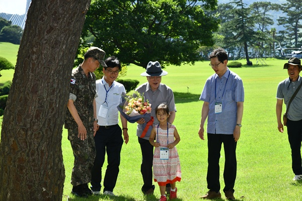 문재인 대통령과 김경수 경남지사, 변광용 거제시장 등이 7월 30일 오후 거제 저도에서 개방 기념 탐방 행사를 가졌다.