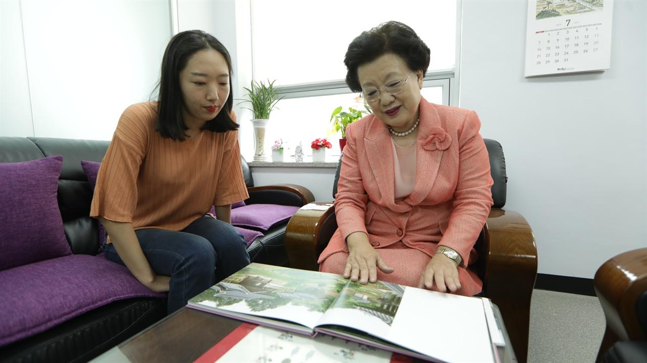 이배용 한국의서원통합보존관리단 이사장 이 세계유산에 등재된 '한국의 서원'에 관해 설명하고 있다.