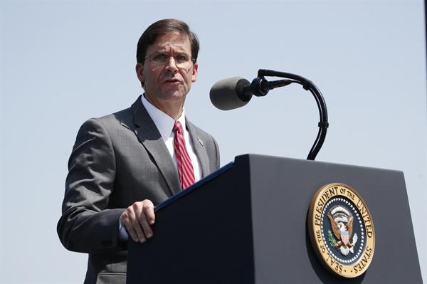 취임사 하는 에스퍼 미 국방장관 (워싱턴 AP=연합뉴스) 마크 에스퍼 신임 미국 국방장관이 25일(현지시간) 버지니아주 알링턴의 펜타곤에서 열린 취임식에서 연설하고 있다.
