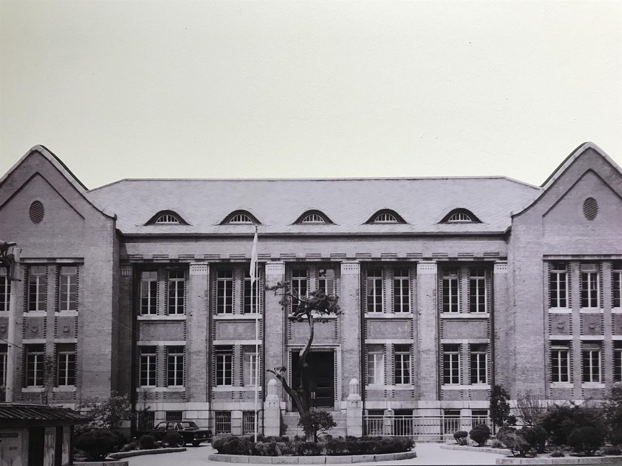 국립도서관 해방 후 국립도서관으로 쓰인 이 건물은 1923년 '조선총독부도서관'으로 지은 건물이다. 국립도서관은 1974년까지 반세기 동안 소공동에 위치했다. 국립도서관에 있던 자리에는 롯데백화점 주차장이 들어섰다.