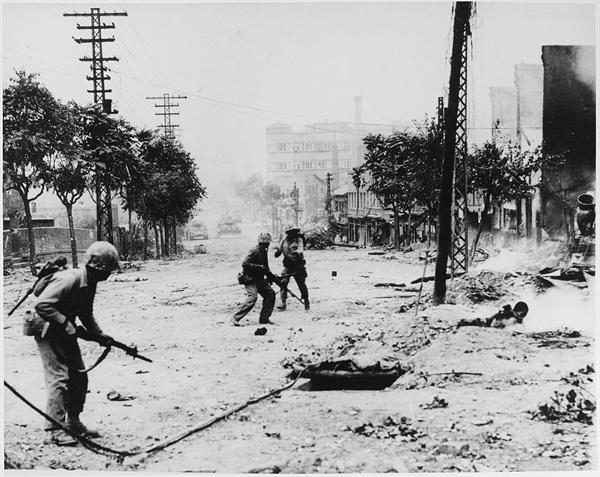 서울 시가지 전투 서울만 해도 한국전쟁 과정에서 인민군의 점령과 UN군의 재점령이 반복되면서 큰 피해를 입었다. 낙동강 이남을 제외한 한반도 전역의 도서관이 전쟁으로 인해 인적 물적 피해를 크게 입었다.