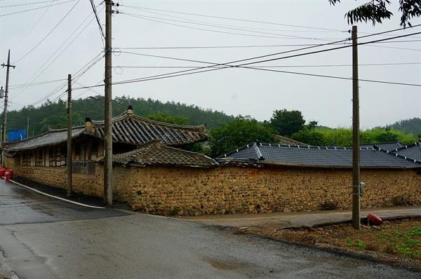 백포마을 공재 후손집  골기와는 곰삭고 푸슬푸슬 성긴 흙돌벽은 색이 바래서 묵은 향기가 난다. 집채 모두 우진각지붕인 점이 눈여겨볼만 하다.