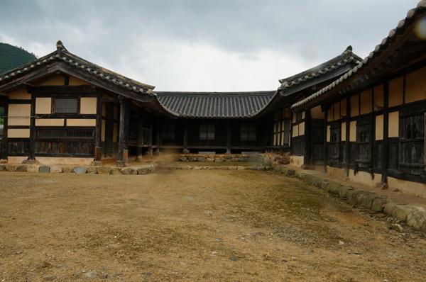 공재고택 안채  'ㄷ' 자형으로 안채 양 날개 지붕은 맞배지붕이고 대청이 있는 안채는 합각이 아주 작은 팔작지붕이다.