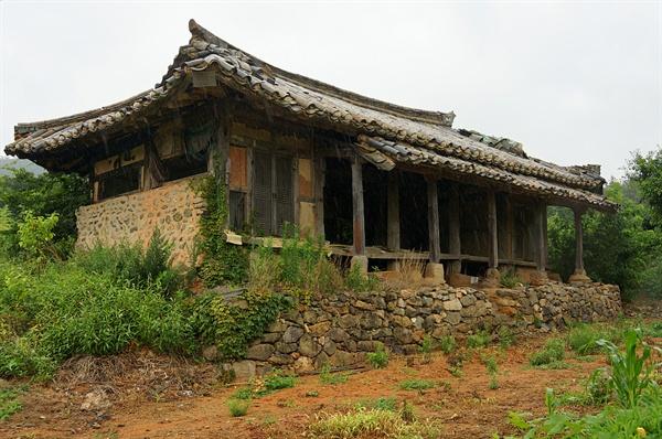 백포마을 옛집 한때 서당으로 쓰였다 한다. 눈썹지붕이 달려있는 아름다운 집이나 기둥이 삭아 무너질 위험에 처해있다.