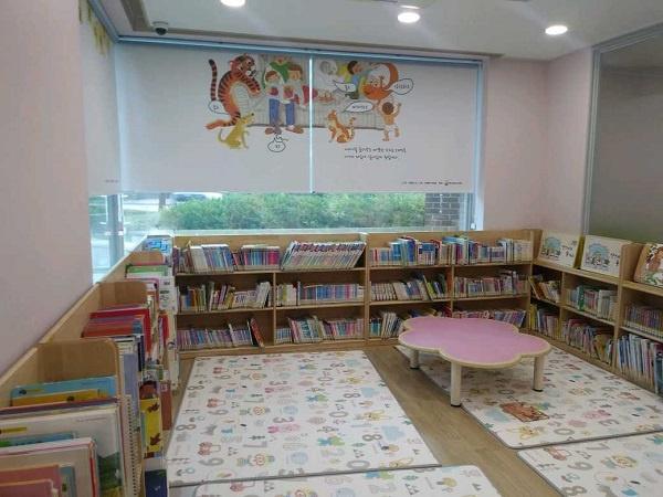 시립 어린이도서관의 자료실 내부에 설치된 아기둥지방.