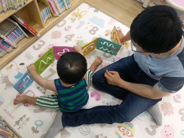 아빠와 함께 책을 가지고 놀이하는 22개월 아이
