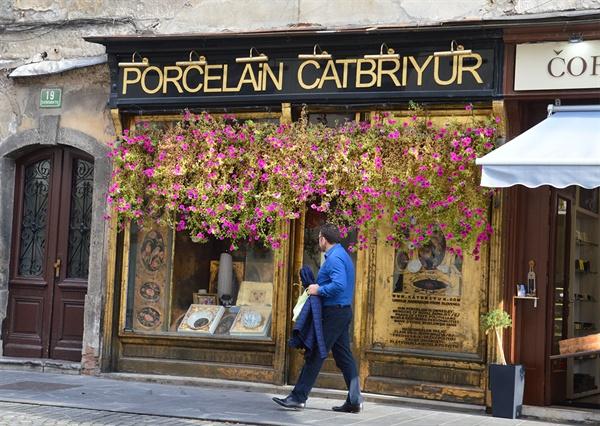 꽃으로 장식된 가게. 류블랴나에서는 온통 꽃으로 가게 입구를 장식한 가게들을 만난다.