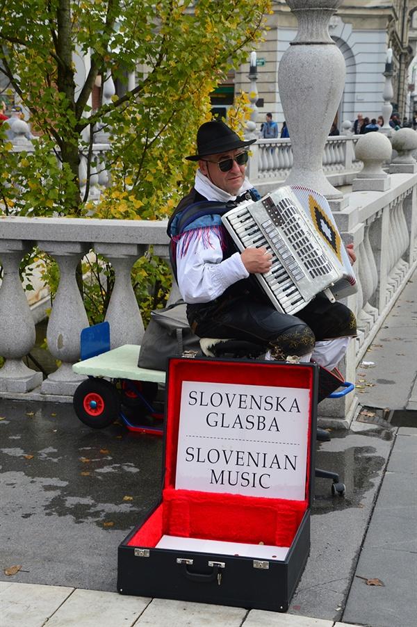 거리의 악사. 류블랴나차 강변의 거리의 악사들은 사랑의 노래를 연주한다.