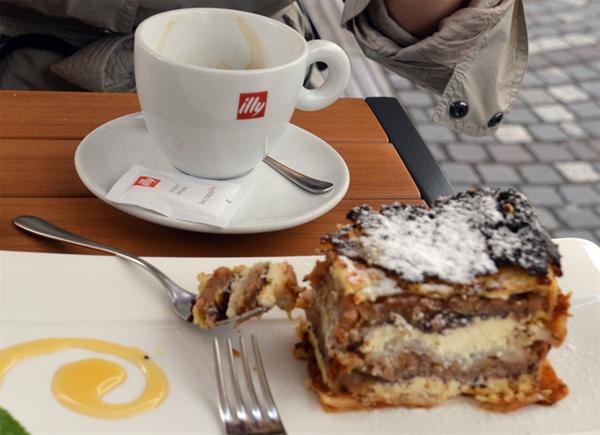 프렉무르스카 지바니카. 슬로베니아의 10대 음식으로 선정된 패이스트리 케이크이다.