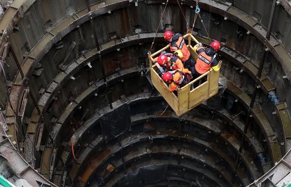 7월 31일 오전 서울 양천구 목동 빗물 펌프장에서 작업자 3명이 고립되는 사고가 발생, 소방관계자들이 구조작업을 펼치고 있다.