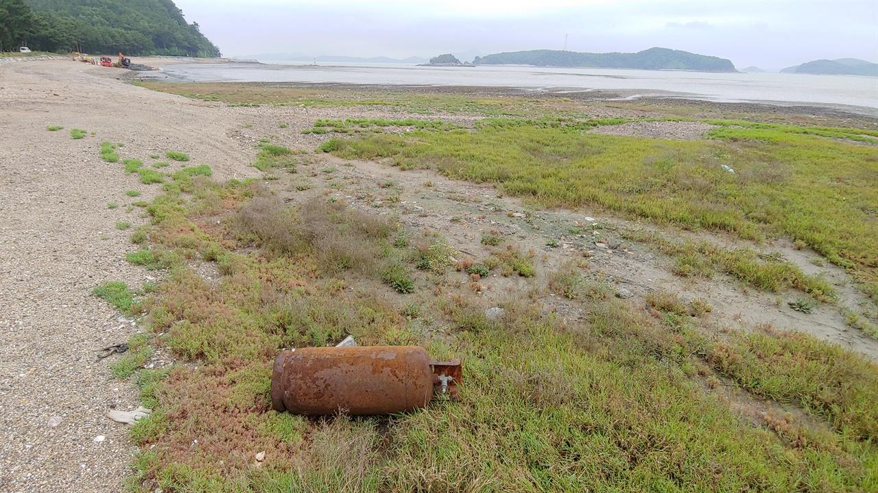 나들길에서 발견한 가스통  누가 버린 것인지 알 수 없으나 바다는 결코 너그럽지 않다. 바다를 오염시킨 대가는 고스란히 인간을 향해 되돌아온다.