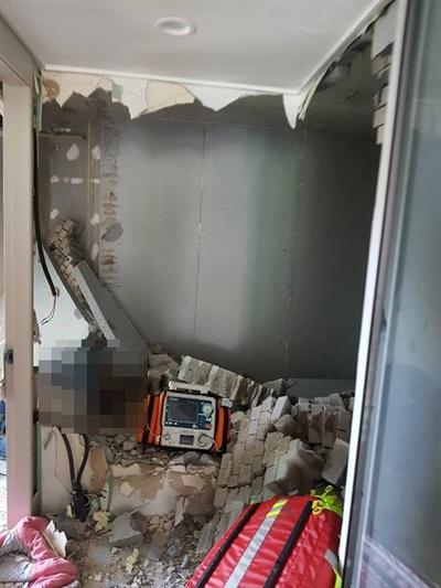 1일 정오께 창원시 의창구 한 아파트에서 확장 공사를 하던 작업자가 벽돌에 깔려 숨졌다.