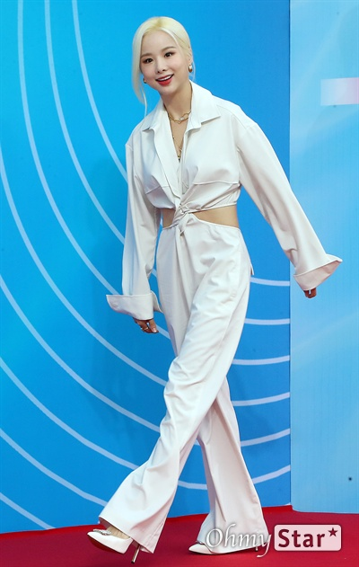 'MGMA' 솔지, 시원한 미소 가수 솔지가 1일 오후 서울 방이동 올림픽공원 체조경기장에서 열린 < 2019 M2 X 지니 뮤직 어워즈(2019 MGMA) > 레드카펫에서 포즈를 취하고 있다.