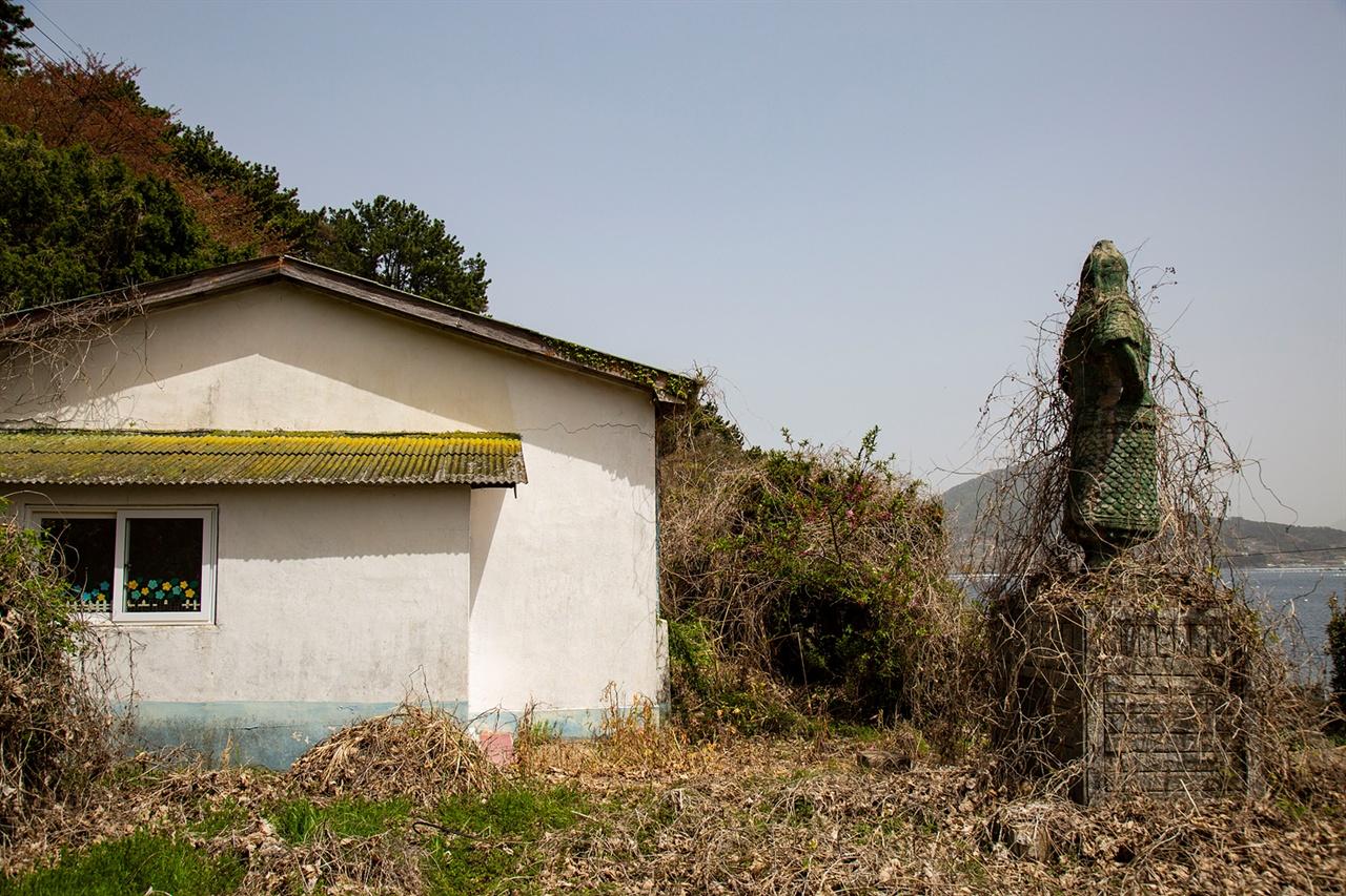 폐교된 어의도분교 통영의 학교엔 이순신 장군 상이 많다. 여기도 예외는 아니다. 동상위로 덩굴이 얼기설기 덮었다.