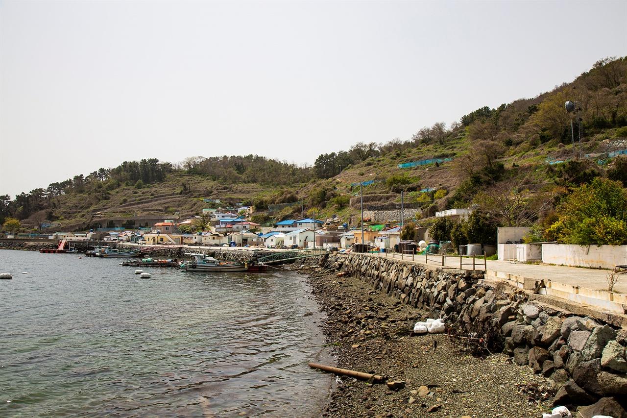조촐한 섬어촌 타원형의 해안선을 따라 일렬로 마을이 형성돼 있다.