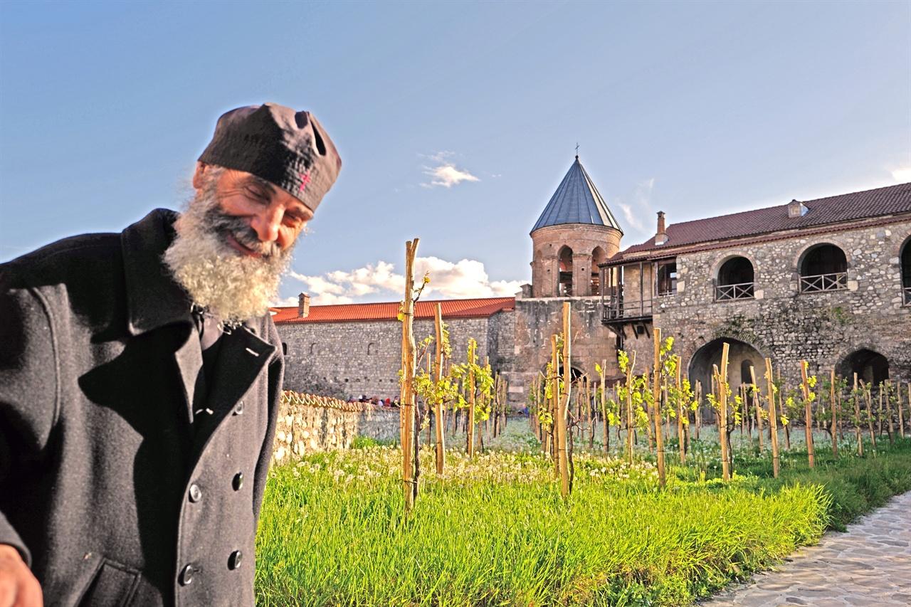 알라베르디 수도원에서 만난 수도사    조지아에서 재배되는 포도품종은 525종에 달한다. 알라베르디수도원에도 50여 종의 포도품종이 재배되고 있다.