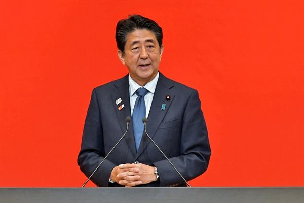 아베 신조 일본 총리가 7월 24일(현지시간) 일본 도쿄에서 열린 2020년 도쿄 올림픽 기념 행사에서 연설하고 있다.