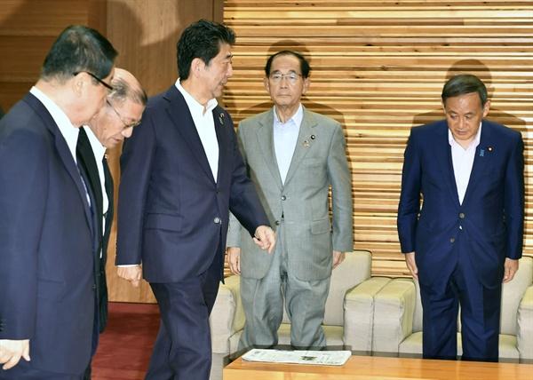 아베 신조 일본 총리가 2일 오전 각의(국무회의)에 입장하고 있다. 이날 일본 정부는 한국을 수출절차 간소화 혜택을 인정하는 '백색국가'(화이트 리스트) 명단에서 제외하는 수출무역관리령 개정안을 의결했다.
