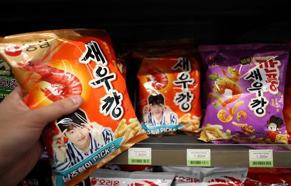 편의점 판매대의 새우깡  서울 시내 한 편의점 과자 판매대에 진열된 새우깡(90g). 농심은 지난 7월말 새우깡에 기존에 사용하던 국내산 꽃새우 대신 '미국산 꽃새우를 사용하겠다'고 발표했다가 여론의 반발에 부딪혀 이를 취소했다.