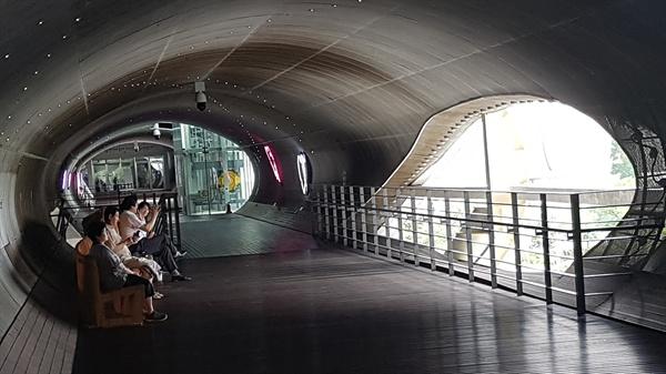 서울지하철 뚝섬유원지역 3번 출구와 서울생각마루를 연결하는 통로