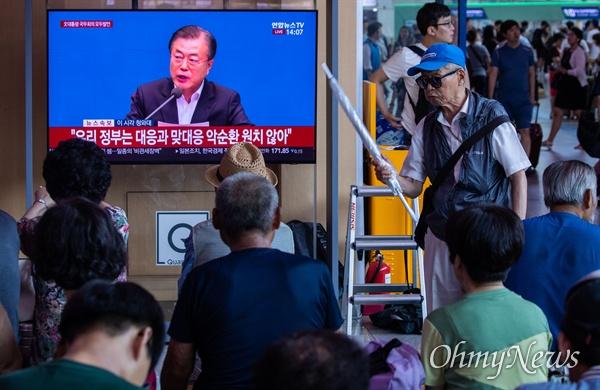일본이 경제보복으로 한국을 '화이트리스트' 제외한 2일 오후 서울역에서 문재인 대통령이 대국민 담화를 발표하는 모습이 방송되고 있다.