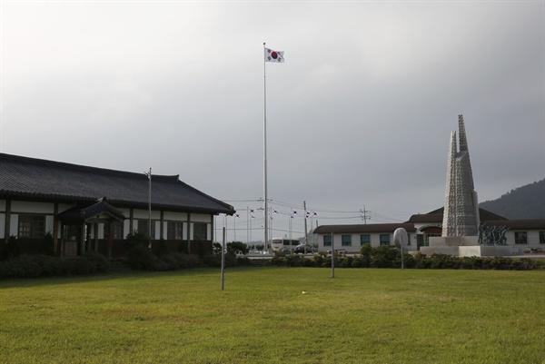 소안항일운동기념탑과 나란히 세워져 있는 옛 소안학교 건물. 소안학교는 항일운동 당시 소안도 주민들의 자부심이었다.