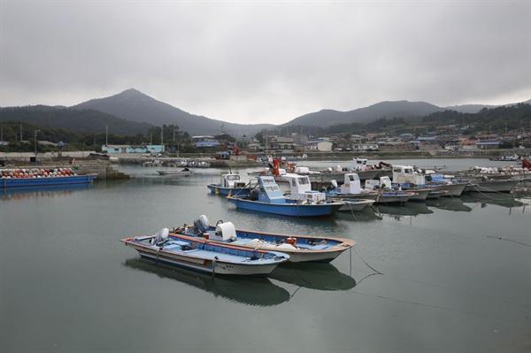 크고작은 배들이 정박해 있는 소안도 포구 풍경. 포구는 여느 바닷가마을과 다름없이 호젓하다.
