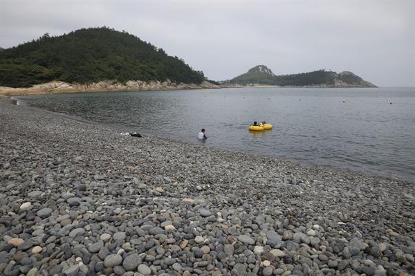 소안도 미라리의 몽돌해변. '항일의 섬' 소안도를 대표하는 해수욕장으로 물놀이를 즐기려는 피서객들이 찾고 있다.