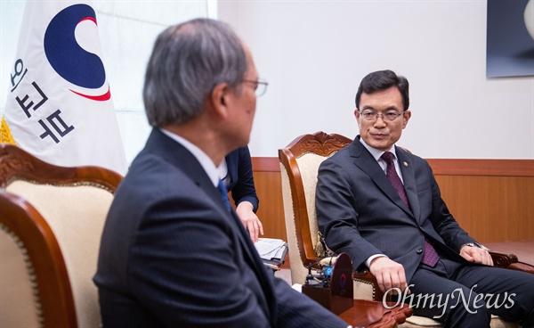 일본 정부가 경제보복으로 한국을 '화이트리스트'에서 제외하는 결정을 내린 2일 오후 서울 종로구 외교부 청사로 나가미네 야스마사 주한 일본대사가 초치되어 외교부 조세영 제 1차관과 면담을 하고 있다