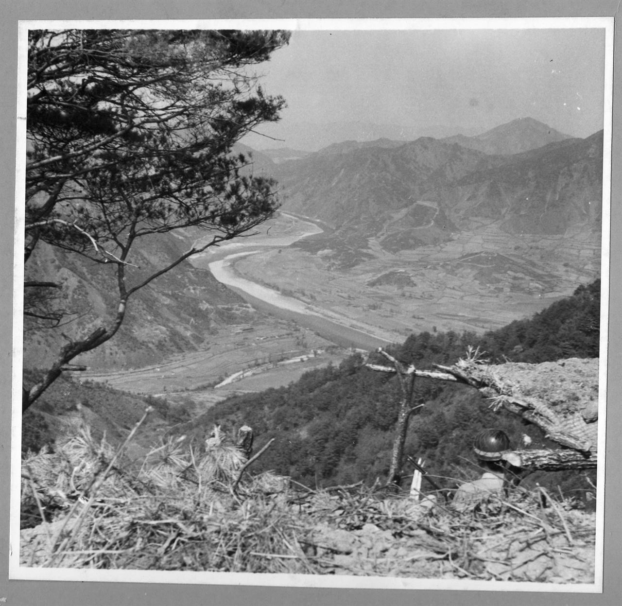 1. 한국전쟁 발발 직전. 국군이 38선 부근 초소에서 적진을 경계하고 있다(1950. 6.).