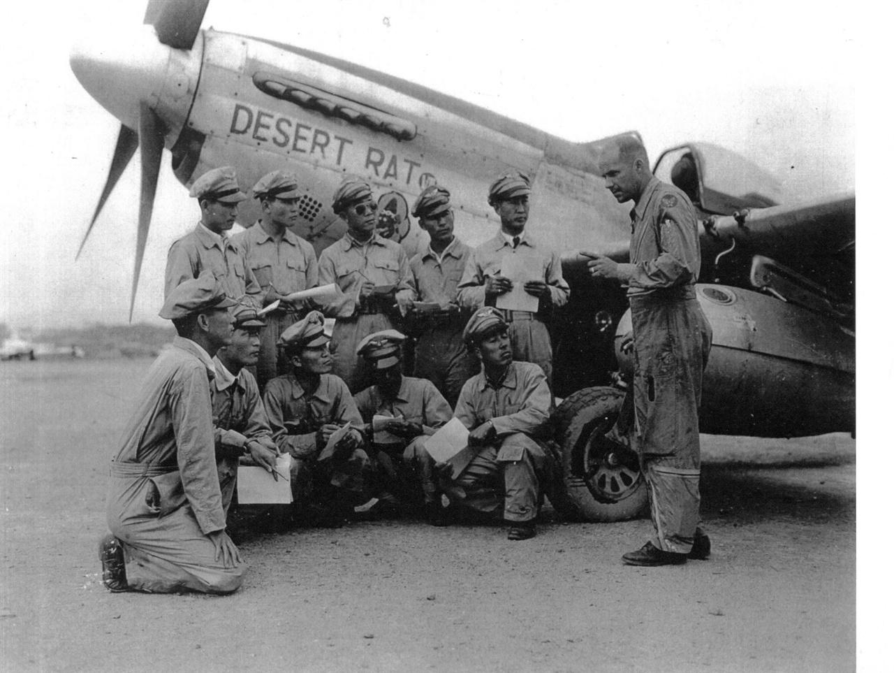 2. 미 군사고문단이 한국조종사들에게 F-52에 대해 교육하고 있다(1950. 6.).