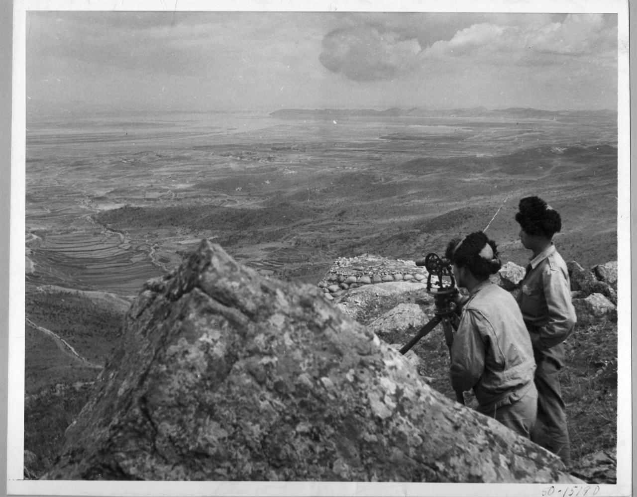 3. 한국전쟁 발발 직전. 국군 병사가 옹진지구에서 적진을 경계하고 있다(1950. 6.).