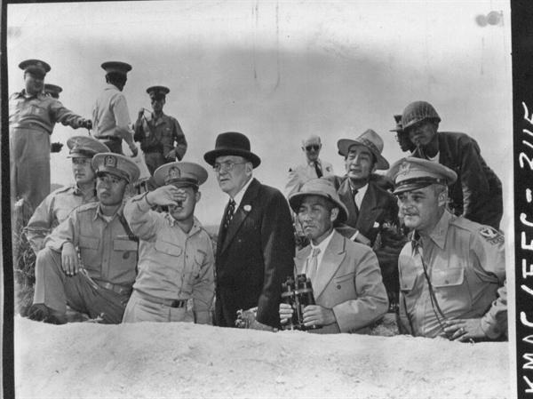 4. 방한한 덜레스 국무장관이 북한 지역을 바라보고 있다. 덜레스(중앙), 왼편 유재흥 장군, 오른쪽 신성모 국방장관(1950. 6. 18.).