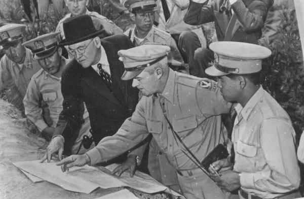 5. 방한한 덜레스 국무장관이 전방의 적진을 살피고 있다(1950. 6. 18.).