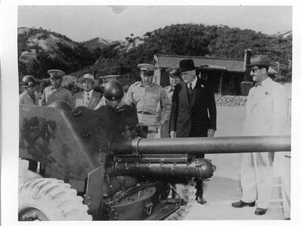6. 방한한 덜레스 국무장관이 한국 군부대를 시찰하고 있다. 오른쪽 무초 주한 미 대사(1950. 6. 18).