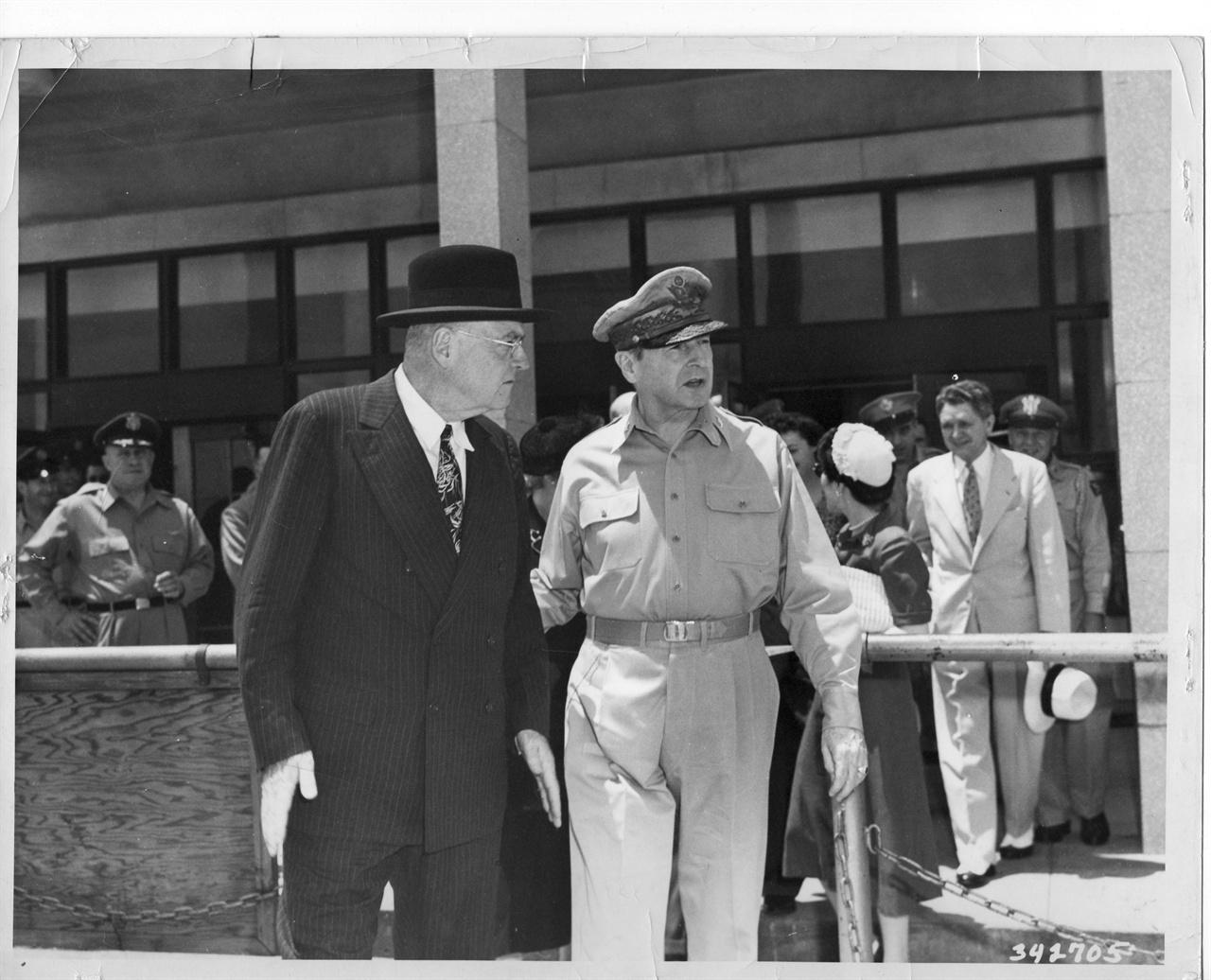 8. 한국전쟁 발발 직후 덜레스 국무장관이 도쿄 하네다 공항으로 날아오자 맥아더 장군이 영접하고 있다(1950. 6. 27.).