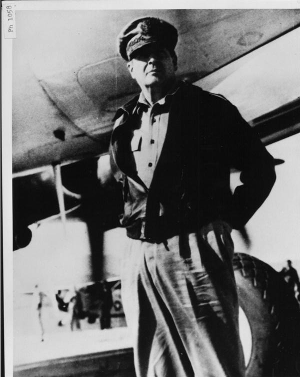 9. 수원, 한국전쟁 발발 보고를 받고 방한한 맥아더 장군(1950. 6. 29.).