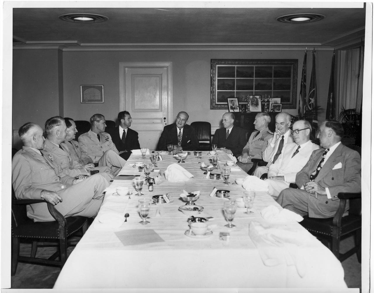 2. 루이스 존슨 미 국방장관이 군 수뇌들과 함께 한국전쟁 문제를 논의하고 있다(1950. 6. 26.).
