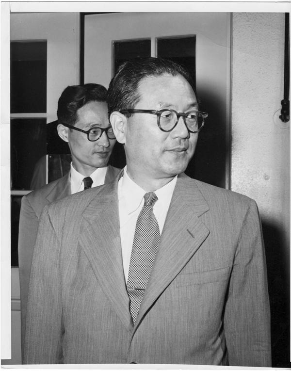 3. 장면 주미대사가 한국전쟁 발발 직후에 미국의 도움을 청하고자 트루먼 대통령을 만난 뒤 백악관을 떠나고 있다(1950. 6. 26.).
