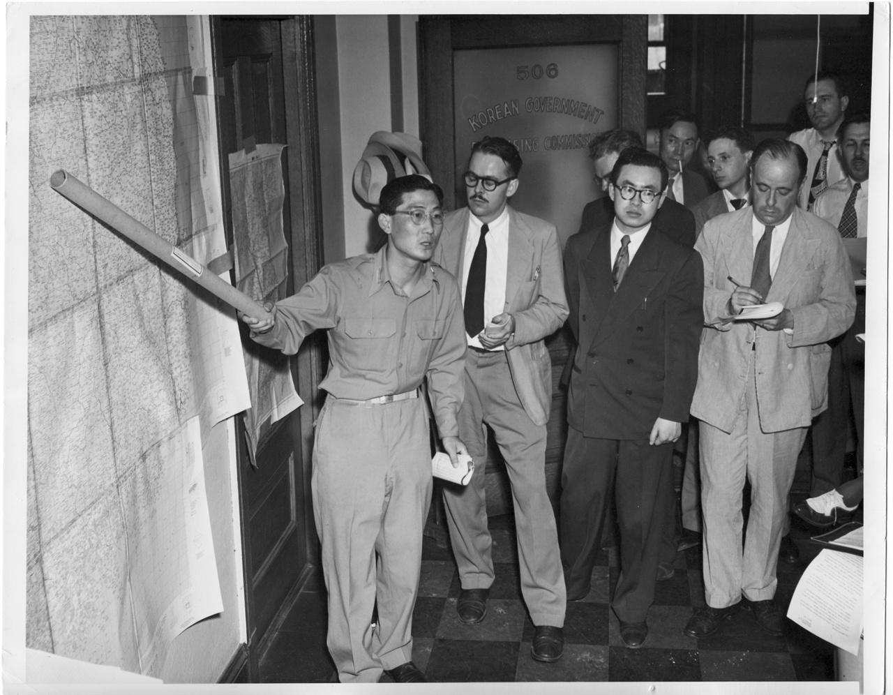 4. 주미대사관 무관이 한국전쟁 전황을 브리핑하고 있다(1950. 6. 27.).