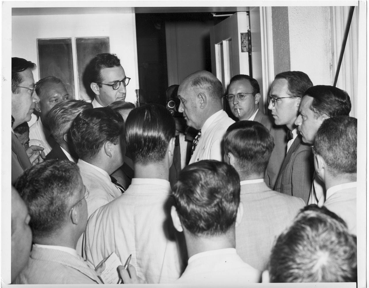8. 루이스 존슨 미 국방장관이 한국전쟁 문제를 트루먼 대통령에게 보고하고자 백악관 대통령 집무실로 가는 도중 기자들에게 에워싸여 질문공세를 받고 있다(1950. 6. 27.).