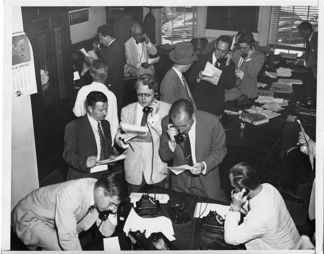 9. 워싱턴, 유엔안전보장이사회에서 한국 파병안이 통과되자 백악관 프레스룸 기자들이 본사로 급전을 하고 있다(1950. 6. 27.).
