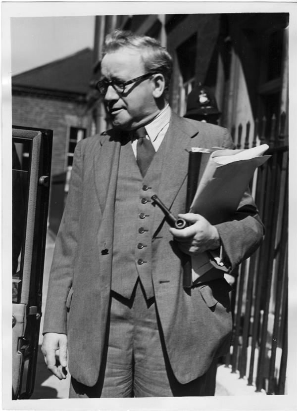 10. 런던, 허버트 모리슨(Herbert Morrison) 경이 한국전쟁 문제를 보고하고자 다우닝 가 수상관저로 가고 있다(1950. 6. 29.).