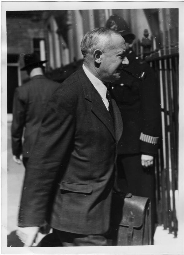 11. 임마누엘 사인 웰 영국 국방장관이 한국전쟁 문제를 보고하고자 다우닝 가 수상관저로 가고 있다(1950. 6. 29.).