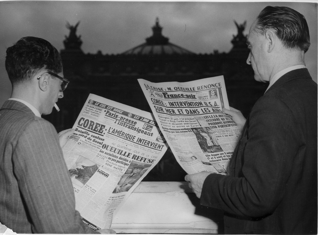 12. 프랑스 파리시민들이 한국전쟁 신문 기사를 보고 있다(1950. 6. 27.).