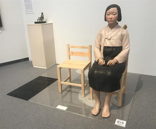 일본 '아이치 트리엔날레 2019' 출품된 '평화의 소녀상' 1일 일본 아이치(愛知)현 나고야(名古屋)에서 공식 개막한 '아이치 트리엔날레 2019'의 기획전 '표현의 부자유전· 그 후'에 출품된 김운성 김서경 작가의 '평화의 소녀상'. 이 작품은 지난달 독일 도르트문트에서 `일본군 성노예제와 여성 인권'을 주제로 열린 `보따리전'에도 전시됐다. (김운성 작가 제공)