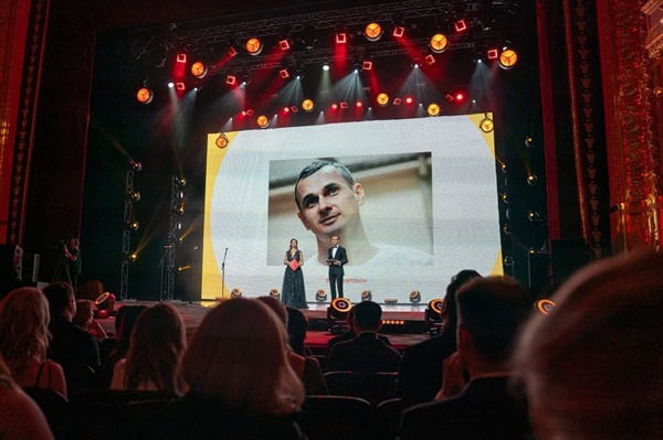 올해로 10회를 맞는 오데사영화제는 개폐막식 뿐만 아니라, 모든 영화 상영회 전에 '올렉 센초프를 석방하라 (#Free Oleg Senstov)'라는 메시지를 담은 30초가량의 동영상을 상영했다.