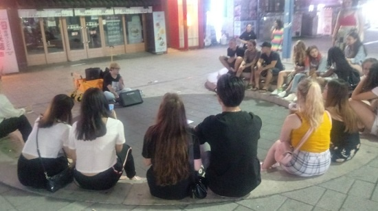 지난 16일 늦은 밤에도 홍대 거리는 많은 젊은이들이 가득했다. 이들은 자유롭게 길거리 음악공연 버스킹을 즐겼다.